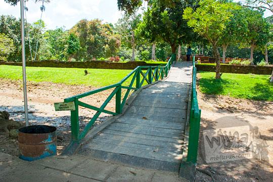 Jembatan di bekas parit buatan Candi Astano Muaro Jambi pada tahun 2015
