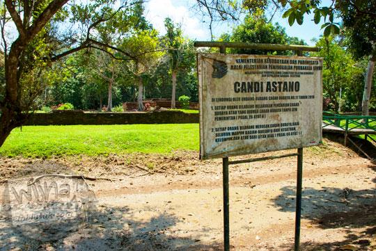 Papan nama tua Candi Astano Muaro Jambi pada tahun 2015