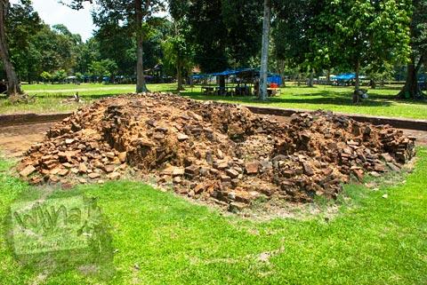 reruntuhan bangunan purbakala di Situs Candi Tinggi I 1 Muaro Jambi pada tahun 2015
