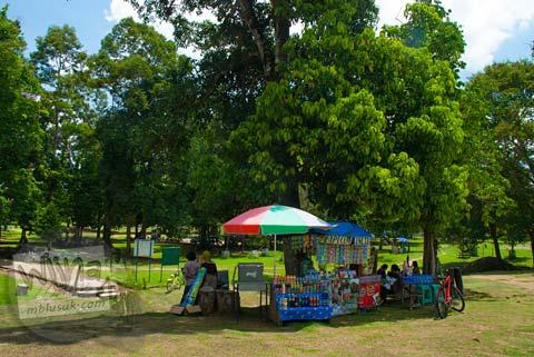 Pedagang dan Warung yang ada di sekitar Kolam Telago Rajo di Kompleks Candi Muaro Jambi