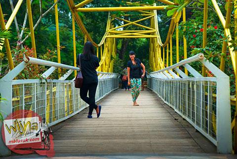 lokasi foto selfie dan foto model cewek cina di jembatan kuning yang ada di kawasan pasar ah poong sentul city bogor