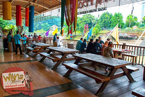 suasana jam makan siang di pasar ah poong sentul city bogor penuh dengan cina-cina tajir kaya