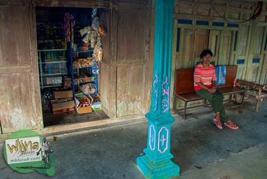 toko kelontong Bu Ikem dekat Air Terjun Banyunibo di perbatasan Manyaran, Wonogiri dan Semin, Gunungkidul bisa untuk berkemah