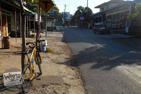 suasana sepeda parkir dekat pertigaan Manisrenggo ujung jalan raya Prambanan - manisrenggo di pagi hari