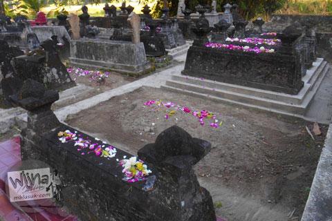 tradisi ziarah kubur menabur bunga di makam-makam tua keramat sekitar karangnongko, klaten