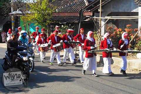 parade marching band siswa-siswi smu di jalan raya deles klaten