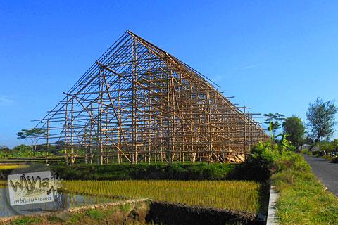 konstruksi pembangunan los pengeringan daun tembakau yang ada di persawahan di karangnongko, klaten