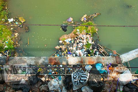 Jembatan Bacem Sukoharo Kotor karena Sampah
