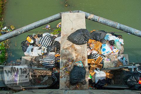 Aktivitas warga di sekitar Jembatan Bacem Sukoharjo
