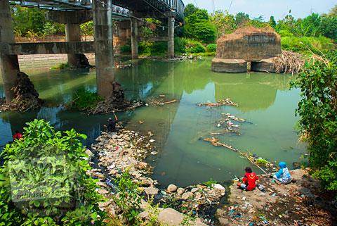 Warga sedang memancing di Jembatan Bacem Sukoharjo