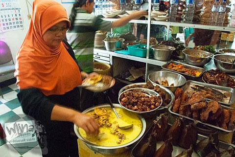 Pelayan gadis cantik di Rumah Makan Warung Tegal di Ampel, Boyolali, Jawa Tengah