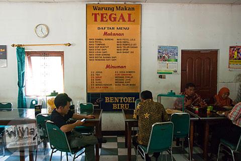 Suasana Akrab Pelayan Ramah di Rumah Makan Warung Tegal di Ampel, Boyolali, Jawa Tengah