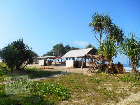 Warung-warung warga di Pantai Buyutan, Pacitan, Jawa Timur