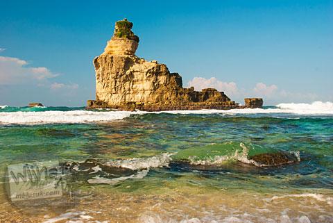 Karang Laut ikon Pantai Buyutan, Pacitan, Jawa Timur