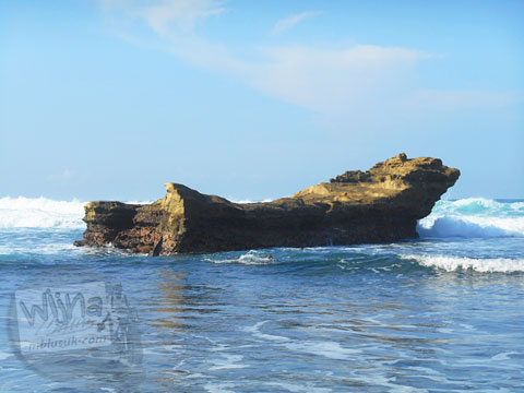 Ganasnya ombak Laut Pantai Buyutan, Pacitan, Jawa Timur