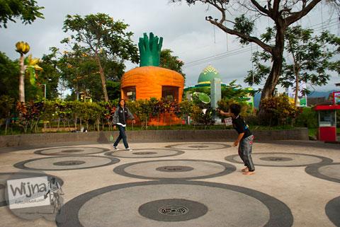 para pengunjung bermain bulutangkis di alun-alun kota batu di pagi hari