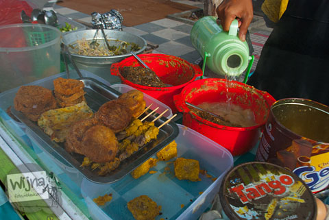 cowok-wocwok makan pecel di alun-alun batu