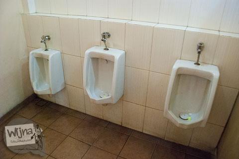 urinoir alias tempat kencing pipis untuk pria di toilet umum berbentuk apel besar yang ada di alun-alun kota batu jawa timur
