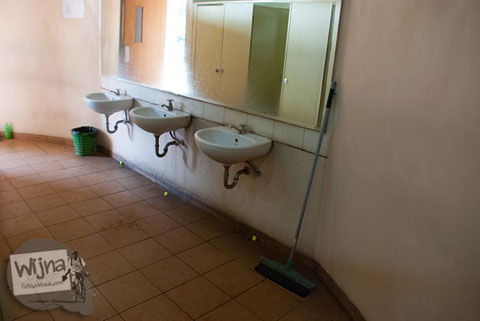 wastafel di dalam toilet pria alun-alun kota batu yang bentuknya buah apel