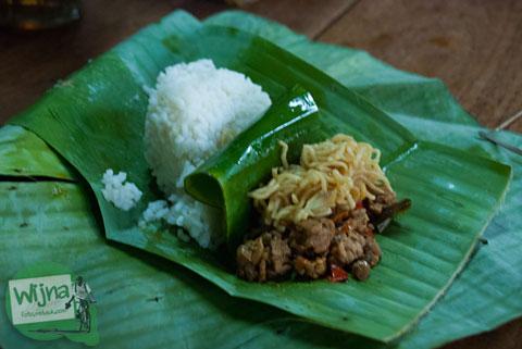 penampakan kuliner sego banting khas NGanjuk yang mirip dengan sego kucing di Yogyakarta
