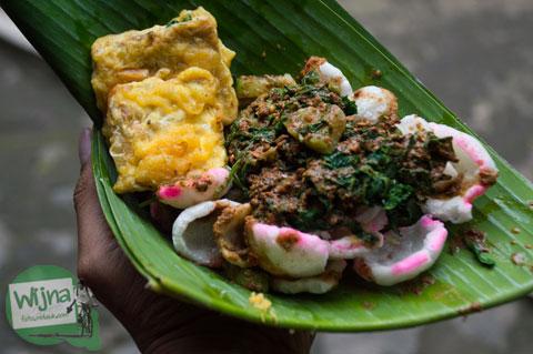 kuliner kerupuk pecel khas Nganjuk yang murah, pedas, dan enak