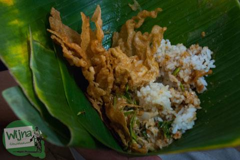 sajian nasi pecel khas Nganjuk di warung pecel Bledek dekat Gedung Juang 45