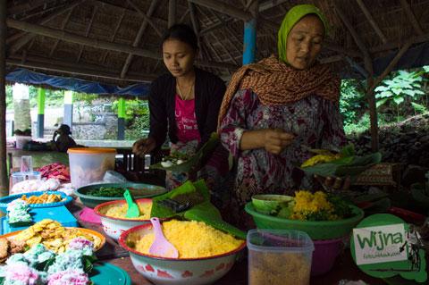 wanita muda penjual kuliner khas Nganjuk yang ada di kawasan wisata air terjun Sedudo