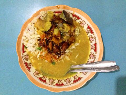 kuliner khas Nganjuk dari olahan kambing yaitu sego becek (nasi becek)