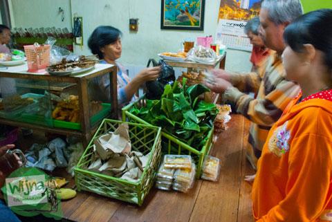 pengunjung warung Dipa Nganjuk membeli banyak sego banting