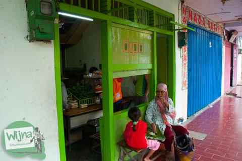 penampakan luar warung dipa di Nganjuk yang menyajikan menu sego banting yang pedas dan murah
