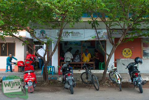 warung nasi pecel Bledek di Nganjuk yang terkenal dan selalu ramai pembeli