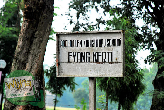 Makam orang sakti bernama abdi dalem kinasih mpu Sendok Eyang Kecil di kawasan Candi Lor Nganjuk di tahun 2015
