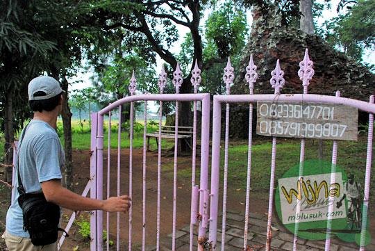 Nomor telepon juru pelihara Candi Lor Nganjuk di tahun 2015 terpampang di gerbang yang terkunci