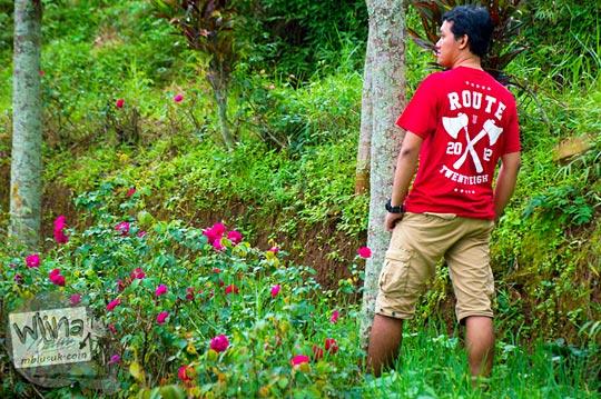 fotomodel endorse kaos distro di jalan hutan menuju Air Terjun Singokromo, Sawahan, Nganjuk pada tahun 2015