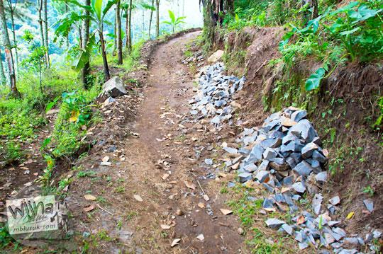 kondisi medan jalan tanah berbatu rusak parah pinggirnya tebing menuju Air Terjun Singokromo, Sawahan, Nganjuk pada tahun 2015