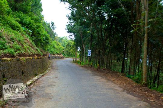 jalan aspal halus besar yang sepi menuju lokasi Air Terjun Sedudo, Sawahan, Nganjuk pada tahun 2015