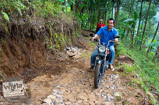 sepeda motor ojek melewati jalan rusak parah menuju Air Terjun Singokromo, Sawahan, Nganjuk pada tahun 2015
