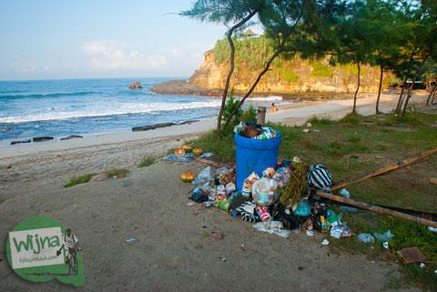 Sampah-sampah pengunjung berserakan di Pantai Klayar Pacitan tahun 2015 yang berpasir Putih