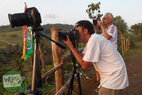 Fotografer di Pantai Klayar Pacitan tahun 2015 yang berpasir Putih