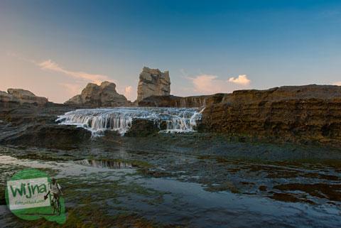 Air merambat di Pantai Klayar Pacitan tahun 2015