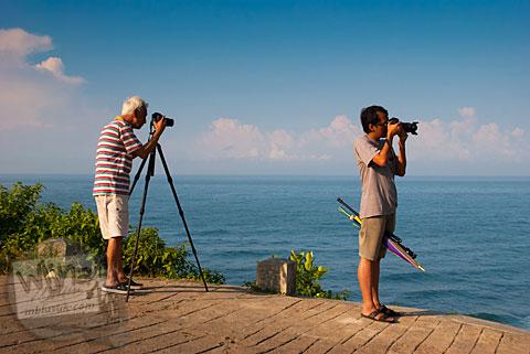 Fotografer hunting foto di Pantai Buyutan, Pacitan, Jawa Timur
