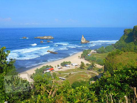 Pemandangan dari atas Tebing Pantai Buyutan, Pacitan, Jawa Timur