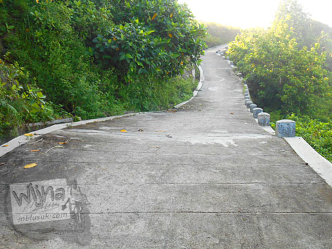Jalan semen curam dari atas Tebing Pantai Buyutan, Pacitan, Jawa Timur