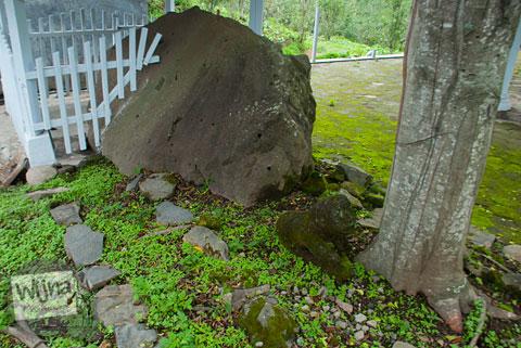 foto batu keramat di situs punden Watu Gambang yang ada di Desa Tulungrejo, kota Batu, Jawa Timur