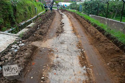 Kondisi Jalan rusak di Desa Tulungrejo, kota Batu, Jawa Timur