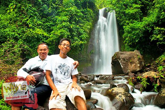berfoto selfie bersama oom-oom di Air Terjun Kembar Lamuran di Tanggamus, Kotaagung, Lampung pada Maret 2015
