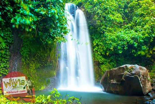 pemandangan indah Air Terjun Kembar Lamuran yang masih sepi dan tersembunyi di Tanggamus, Kotaagung, Lampung pada Maret 2015