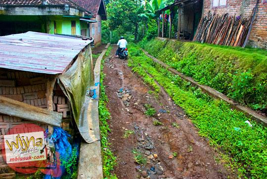 Kondisi jalan tanah yang rusak menuju obyek wisata  Air Terjun Kembar Lamuran di Tanggamus, Kotaagung, Lampung pada Maret 2015