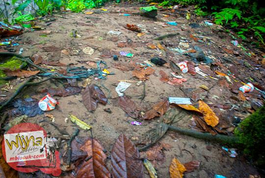 Sampah yang dibuang sembarangan membuat kotor kawasan wisata Air Terjun Kembar Lamuran di Tanggamus, Kotaagung, Lampung pada Maret 2015