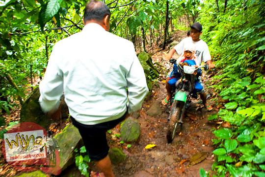 sepeda motor dan mobil masuk ke dalam hutan menuju Air Terjun Kembar Lamuran di Tanggamus, Kotaagung, Lampung pada Maret 2015